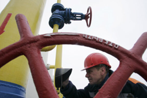 Ukrajinský plynár kontroluje tlak v rúrach. Od prvého januára tie ukrajinské merače ukazujú nulu.