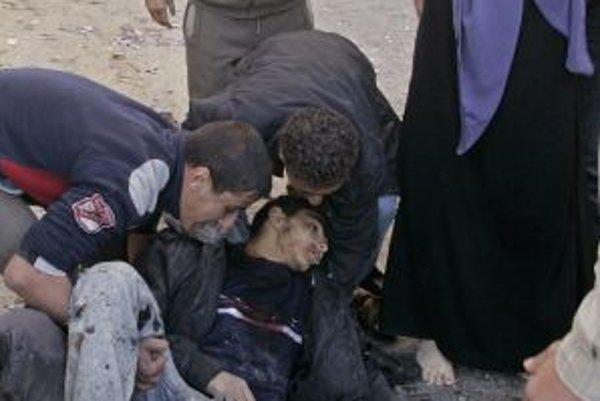 Izraelčania včera pochovali 21-ročného vojaka (pod článkom), v Gaze počítali obete po izraelskom útoku na školy OSN.
