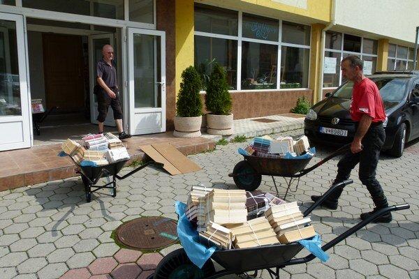 Sťahovanie kníh z oddelenia beletrie.