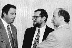Ľudovít Hudek (vľavo) s podpredsedom vlády za HZDS Sergejom Kozlíkom a vtedajším generálnym prokurátorom Michalom Vaľom.