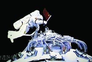 Taikonaut Čaj-č'kang ako prvý Číňan v histórii vystúpil do otvoreného kozmu.