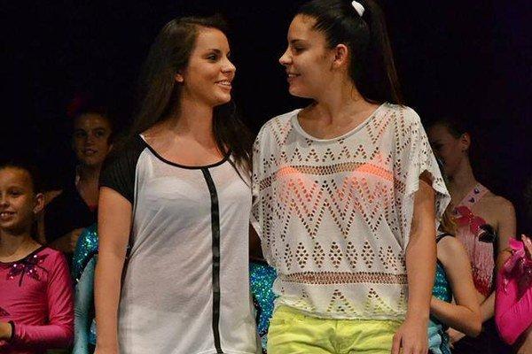 Alexandra (vľavo) spolu so sestrou Edinou dostali od svojich tanečných detí na galaprograme veľké poďakovanie.
