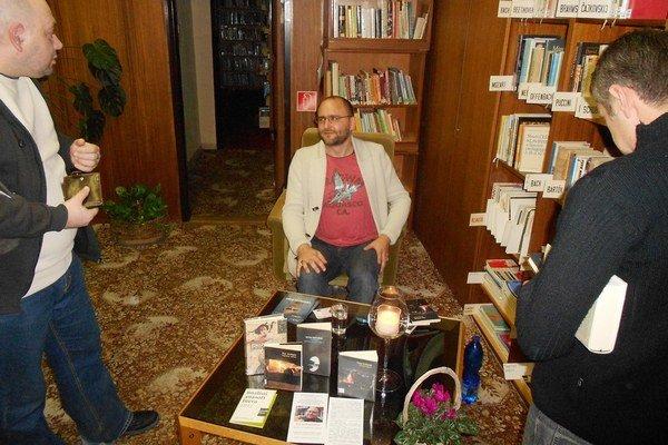 Peter Krištúfek besedoval v Tekovskej knižnici.