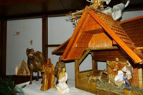 Svätá rodina je z lipy, anjel z orecha a každý z troch kráľov je z iného dreva. Celkovo ich použil rezbár päť druhov.