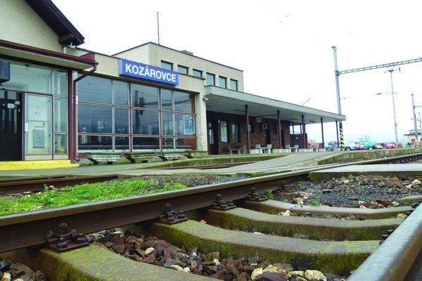 Pôvodná budova Železničnej stanice v Kozárovciach pochádza z roku 1896. Až v roku 1988 k nej pristavali čakáreň a sociálne zariadenia.