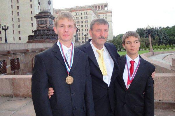 Profesor František Limerg so svojimi úspešnými žiakmi Dominikom Štefankom (vľavo) a Štefanom Dankom v Moskve.