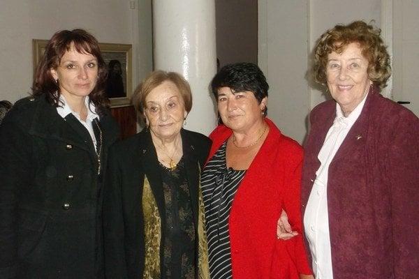 (Zľava)Hedviga Makovínyiová, Emília Filipová, Darina Tóthová (riaditeľka ZUŠ Levice), Margita Grébnerová.