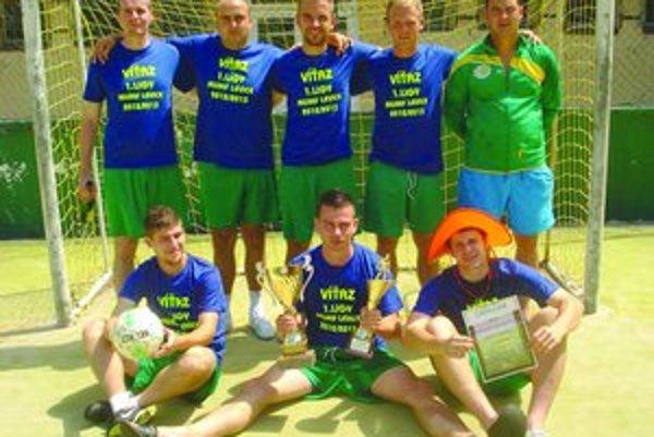 Víťazné mužstvo Deportiva s trofejou pre víťaza I. ligy. FOTO: (JJ)