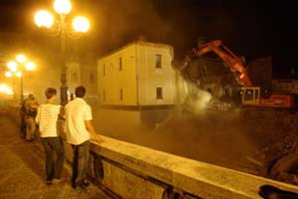 Minulý víkend sa do stavby zahryzli bagre, pracovali aj v noci.