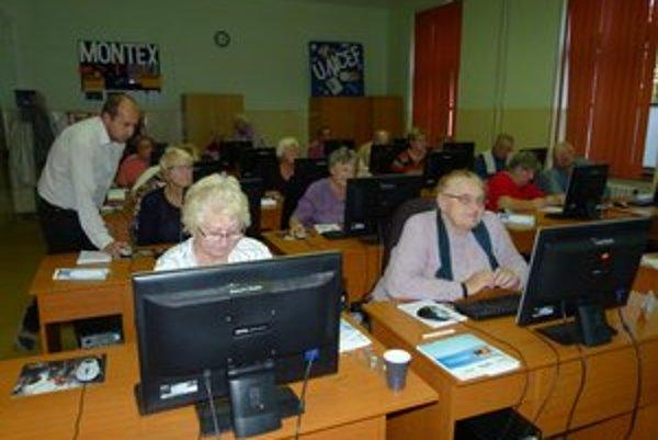 Seniori po absolvovaní kurzu samostatne surfujú po internete.