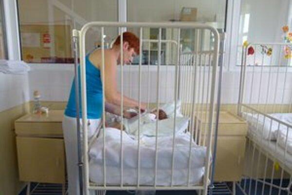 Zdravotným sestrám v apríli pridali, teraz im z platov uberú.