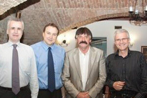 Publikáciu Levice na starých pohľadniciach uvítali (zľava) V. Palko, autor C. Tolnai, primátor Š. Mišák a Š. Bučko.