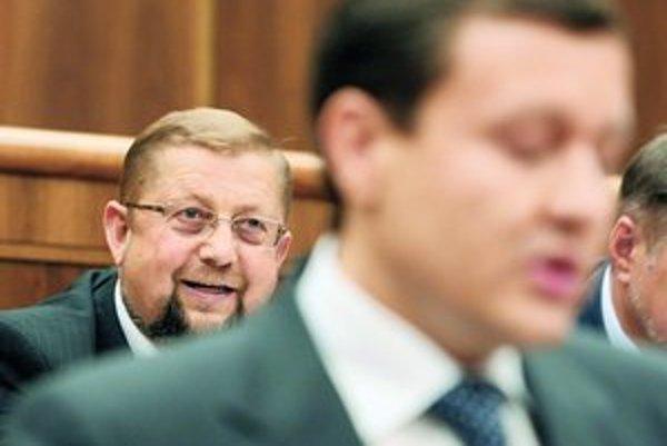Keď sa minister kamarati s hlavou drogovej mafie, drogoví díleri behajú na slobode, hovoril Štefanovi Harabinovi Daniel Lipšic. Keď odchádzal od rečníckeho pultu, Harabin sa mu od chrbta vulgárne vyhrážal kriminálom.