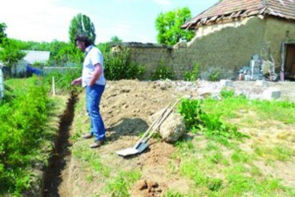 V záhrade, kde bude stáť podporný múrik, našiel Starotekovčan ostatky kostí.