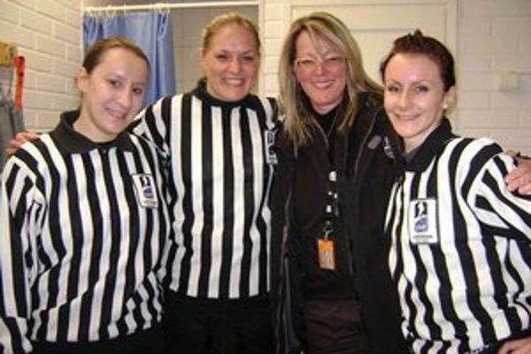 Tlmačská hokejová rozhodkyňa Michaela Kúdeľová (prvá zprava)