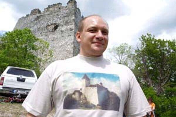 Aktivista Roman Pomajbo v tričku s hradom v čase, keď nebol zrúcaninou.
