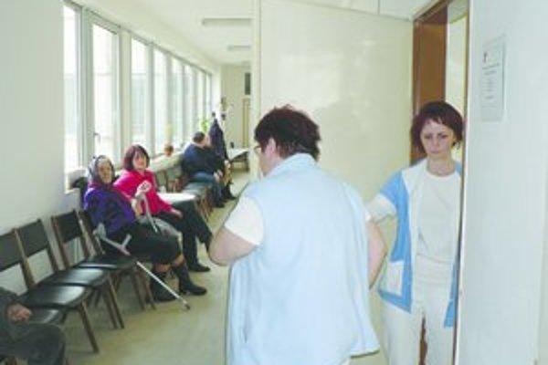 Po lekároch sa od budúceho mesiaca zdvihnú platy zdravotným sestrám a pôrodným asistentkám.