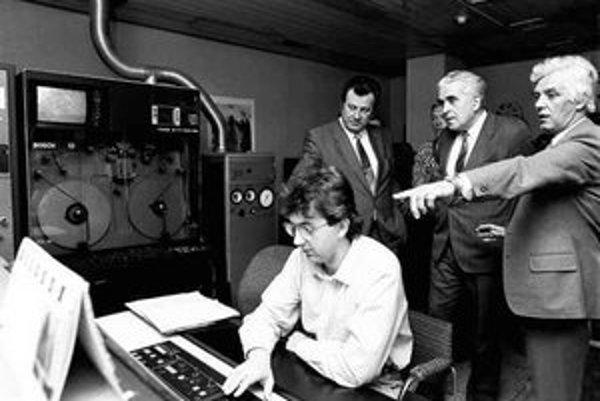 Na archívnej fotografii Jaroslav Hlinický (druhý zľava) sprevádza po priestoroch televízie komunistických pohlavárov.