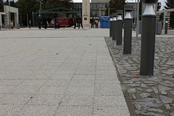 Na zrekonštruované námestie sa vrátila aj časť pôvodnej historickej dlažby. Pribudol i pamätný kameň Magna Via.