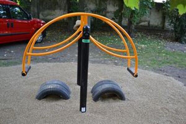 Staré, nebezpečné ihrisko nahradil v parku nový zábavný prvok.