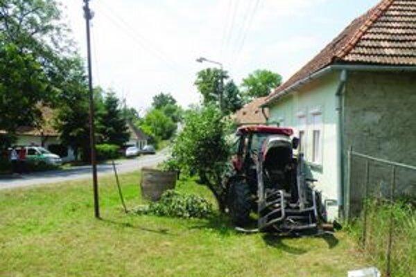 Rútiaci sa stroj zišiel v Bátovciach z cesty, zlomil strom, poškodil múr a zdemoloval plynovú prípojku.