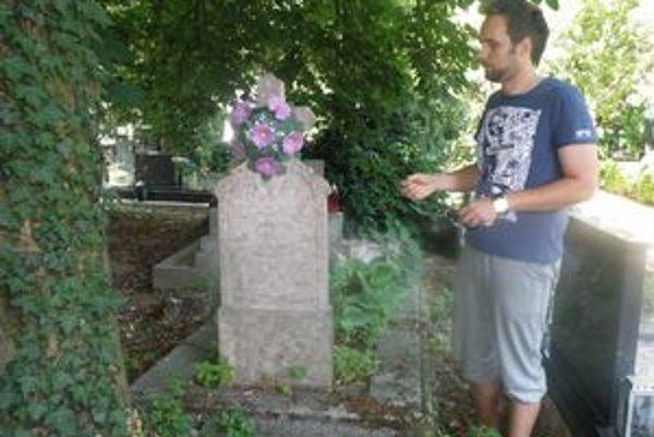 K zachránenému hrobu matky K. Kittenbergera nás na levickom cintoríne priviedol Ladislav Vincze zo Štátneho archívu.