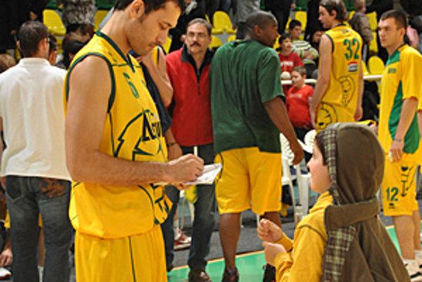 Levičan Lutovský sa po víťaznom zápase podpisuje malému priaznivcovi.