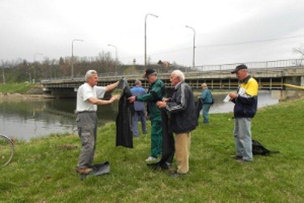 Do čistenia brehov Hrona sa zapojili aj miestni rybári.