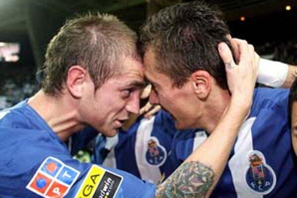 Slovák z FC Porto Marek Čech (vpravo) sa teší so spoluhráčom Raulom Meirelesom.
