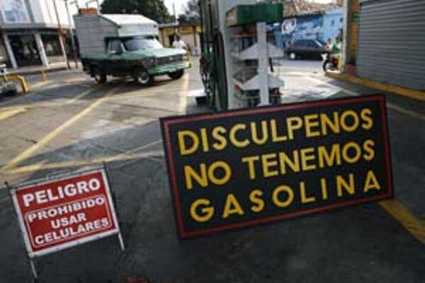 """""""Prepáčte, nemáme benzín"""", hlása bilbord v meste San Antonio neďaleko hranice s Kolumbiou."""