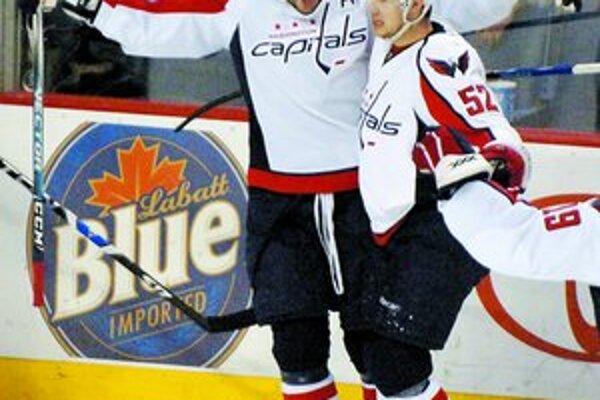Aleksandr Ovečkin (vľavo) sa teší so spoluhráčom Mikeom Greenom z úvodného gólu v sieti domáceho tímu. Washington vyhral vo štvrtkovom zápase NHL v Buffale 3:1.