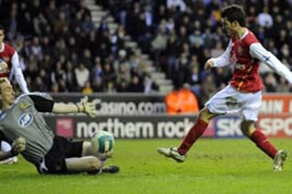 Brankár Wiganu Kirkland likviduje šancu Fabregasa (Arsenal).
