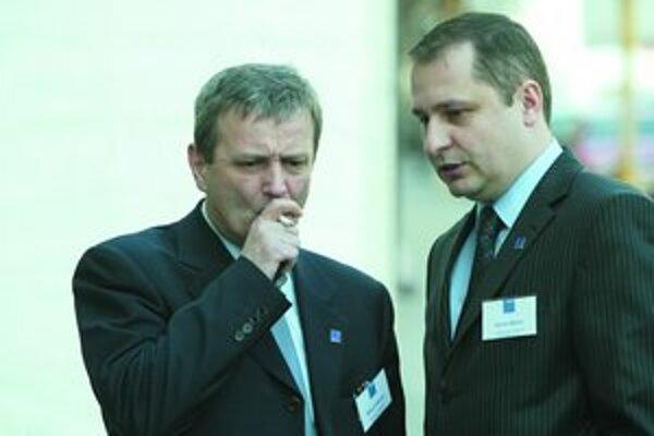 Valentín Mikuš (vľavo) môže prísť o funkciu riaditeľa podniku Odvoz a likvidácia odpadu (OLO). Martin Kuruc (vpravo) bude nezávislým poslancom v Národnej rade SR.