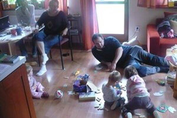 Členky pracovného tímu sa spolu s deťmi stretávajú zatiaľ v domácom prostredí.