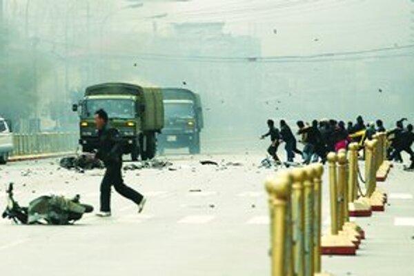 Centrum tibetskej metropoly Lhasa včera obsadili čínski vojaci. Tibeťania proti nim protestovali aj hádzaním kameňov.