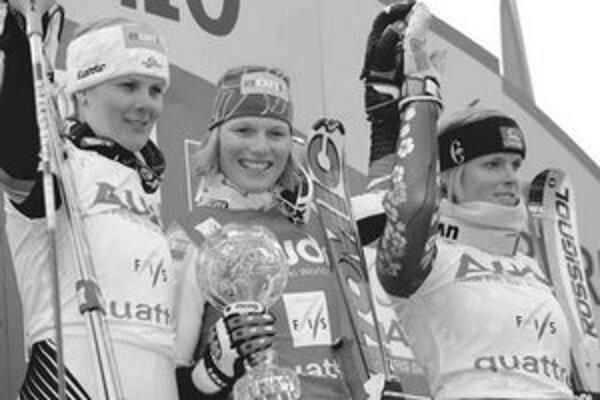 Tri najlepšie slalomárky v celkovom poradí svetového pohára. Zľava druhá Rakúšanka Nicole Hospová, jej víťazná krajanka Marlies Schildová a tretia Slovenka Veronika Zuzulová.
