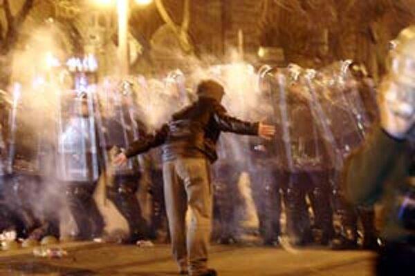 Väčšina oslavujúcich aj protestujúcich skončila za kordónmi. Extrémisti večer proti policajtom nemali šancu.