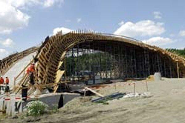 Rakúskonemecké konzorcium firiem Alpine Bau, Hochtief a Western Carpathians sa po rozhodnutí Úradu pre verejné obstarávanie môže vrátiť späť do súťaže o výstavbu diaľnic.
