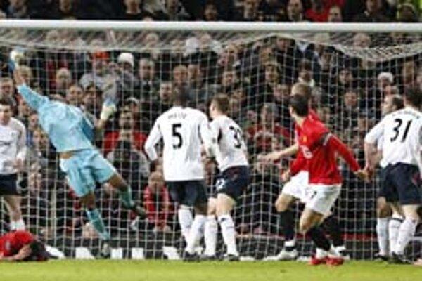 Geniálne vystrelená lopta Cristiana Ronalda (štvrtý sprava s č. 7) skončila nad pravou rukou brankára Bolton Wanderers tesne pod brvnom.