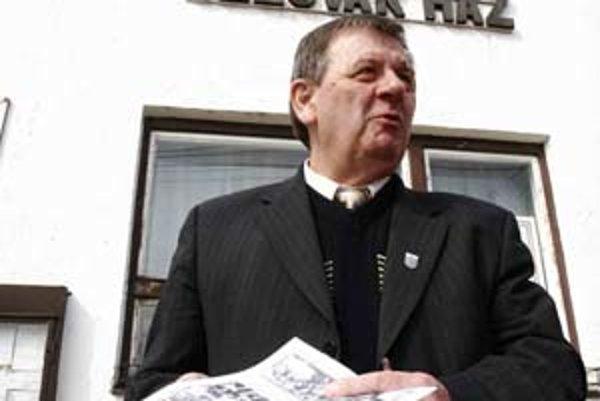 Bývalý starosta maďarskej obce Mlynky a predseda pilišských Slovákov Jozef Havelka pred Slovenským domom, ktorý už nemá byť slovenský.