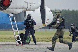 Príslušníci Lynx komanda Policajného zboru SR a vojenskej polície pri vniknutí na palubu lietadla počas cvičenia Zelená vlna 2015.