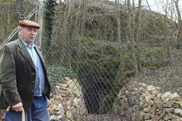 Ján Jankových z Podzámku. Vľavo za ním za plotom je vstup do jaskyne.
