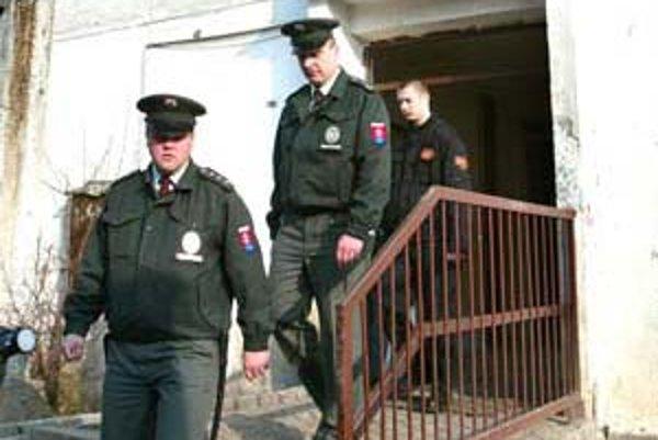 Polícia doteraz úžerníkom nebránila, aby dlžníkov vysťahovali