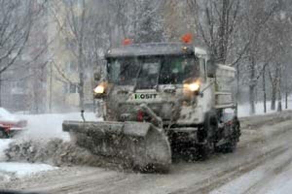 V Košiciach včera husto snežilo, hlavné dopravné ťahy boli zjazdné. Na sídlisko Furča, ktoré je na kopci, sa však do popoludňajších hodín cestári nedostali. Vnútrosídliskové komunikácie neboli odhrnuté ani posypané.