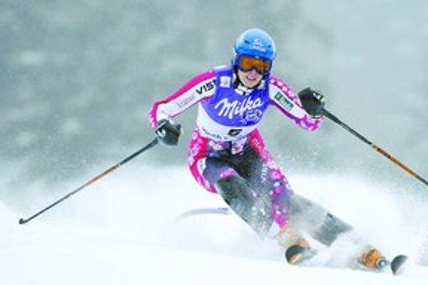 Veronika Zuzulová na trati slalomu v Špindlerovom Mlyne , kde skončila druhá. Na spodnej snímke sa vľavo teší v spoločnosti víťaznej Rakúšanky Marlies Schildovej a tretej Nemky Marie Rieschovej.