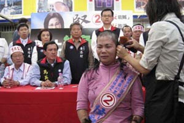 Ho Tsai-feng, kandidátka opozície, si na jednom z mítingov nechala ostrihať vlasy.