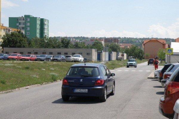 Na cestnej komunikácii Lúčky je zatiaľ iba jeden priechod pre chodcov.