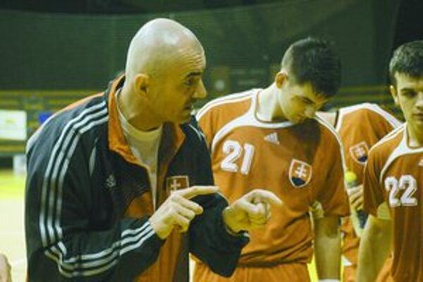 Tréner Zoltán Heister rozdáva pokyny hráčom počas generálky na ME so Slovinskom. Vpravo s číslom 21 je prešovská spojka Marek Mikéci.