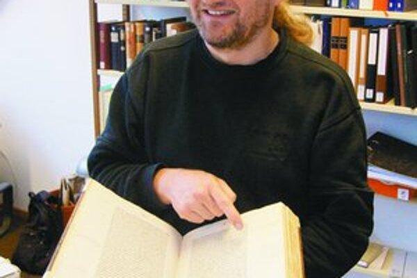 Nemecký vedec Armin Schlechter s originálom knihy, v ktorej našiel definitívny dôkaz o pravej Mone Lise.