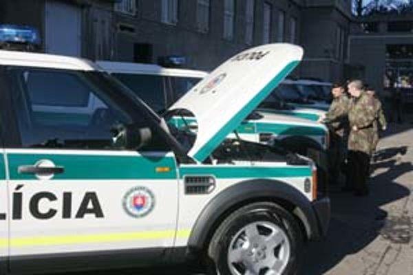 Nové nepriestrelné terénne autá polícia nedovolila fotografovať. Autá na snímke sú tiež nové, ale priestrelné.